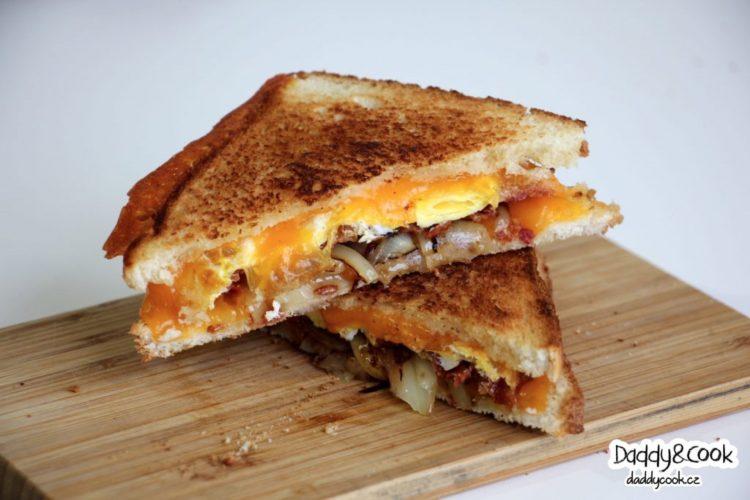 Snídaňový toast se slaninou a Čedarem