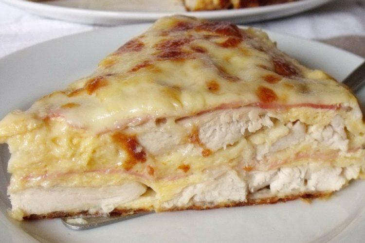 Slaný koláč zapékaný s kuřecím masem, slaninou a sýrem