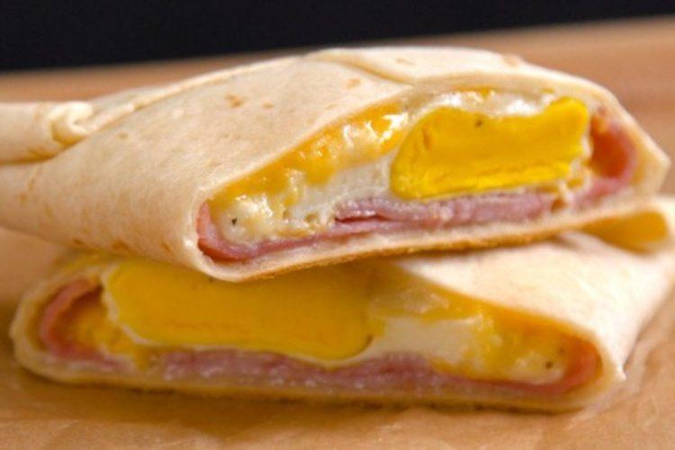 Rychlá snídaňová kapsa z tortilly plněná rozteklým krémem, šunkou a vajíčkem