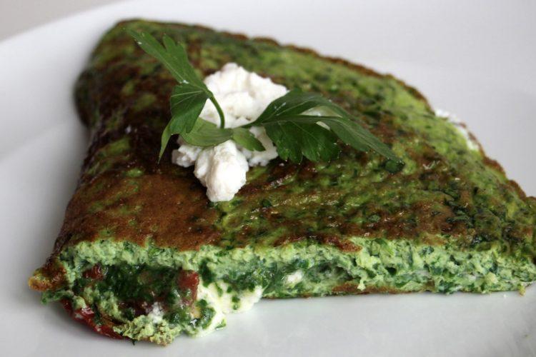 Super zelená omeleta s kozím sýrem a sušenými rajčaty