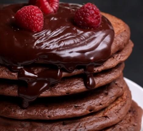 Video: Extra čokoládové palačinky se smetanově čokoládovou polevou
