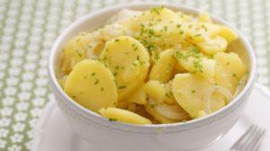Ako pripraviť tradičný viedenský zemiakový šalát?