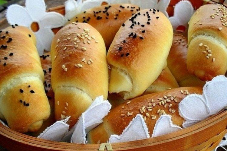 Domácí rohlíky plněné uzeným sýrem