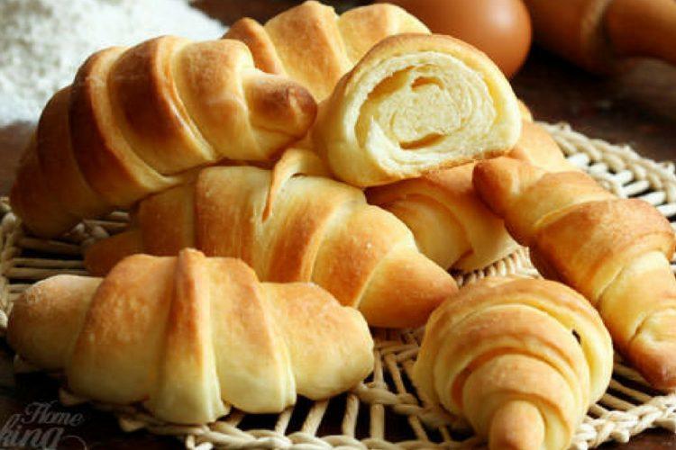 Domácí máslové croissanty hotové neobvykle rychle