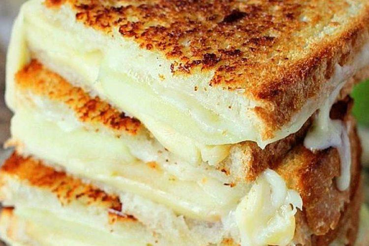 Křupavé máslové sendviče s náplní z jablek a goudy