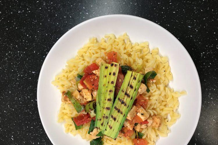 Kukuřičné těstoviny s rajčaty, grilovaným pórkem a tofu