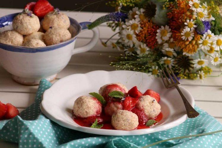 Letní levandulové knedlíčky s tvarohem a jahodovou omáčkou