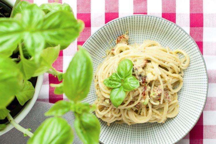 Avokádové špagety se sušenými rajčaty