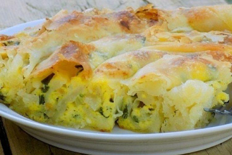 Točený koláč s náplní z jarní cibulky a strouhaného sýra