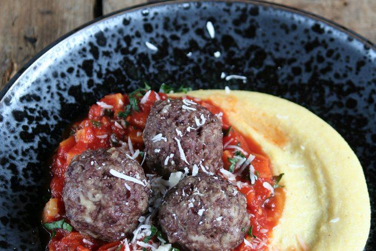 Masové koule s rajčatovým ragú a polentovou kaší