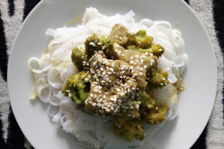 Vepřové maso s brokolicí a rýžové nudle