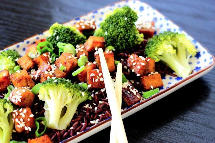 Černá rýže s brokolicí a medovým tofu