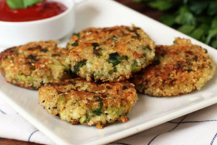 Rychlé opékané brokolicové placičky s quinoou a sýrem