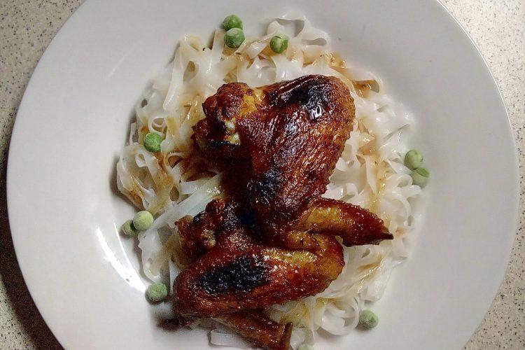 Medová kuřecí křidélka s rýžovými nudlemi