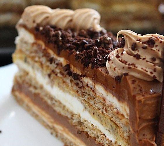 Božský ořechový dort se 3 druhy krému a pudinkovou šlehačkou