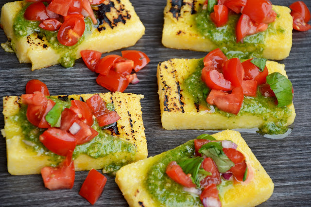 Polentové bruschetty s rajčaty a rukolovým pestem
