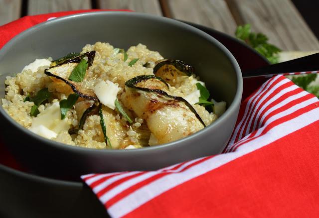 Quinoa s grilovanou cuketou podávaná k vepřové panence