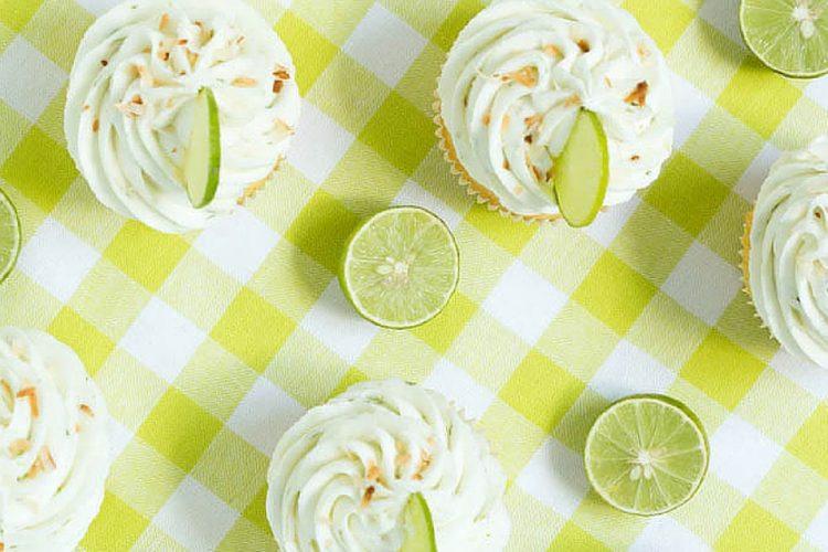 Krásné cupcaky s kokosovou náplní a limetkovým krémem