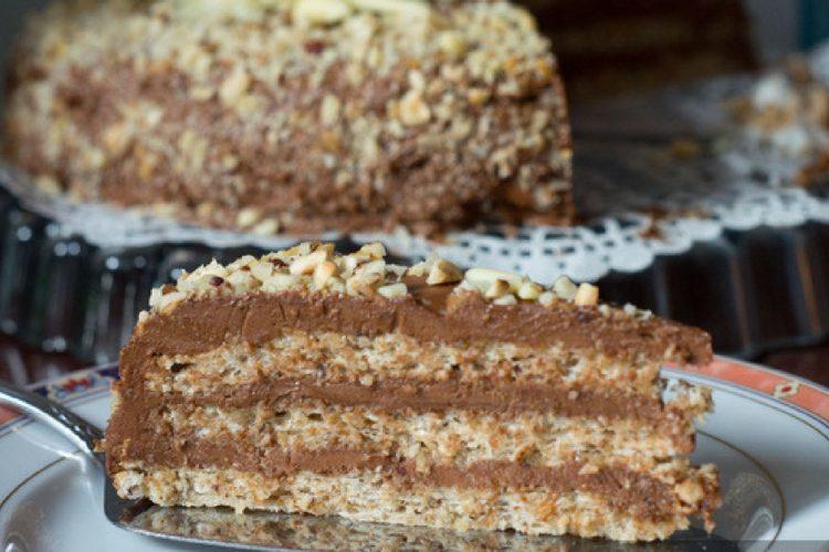 Jemný dort z lískových oříšků a čokoládového krému