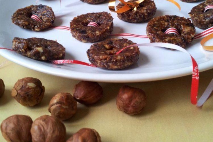 Nepečené knoflíčky ze sušených švestek, rozinek, mandlí a oříšků
