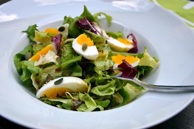 Salát s vejcem a zálivkou z hrubozrnné hořčice