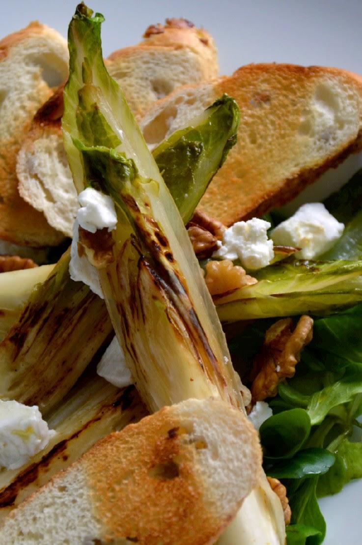 Salát s pečenou čekankou a kozím sýrem