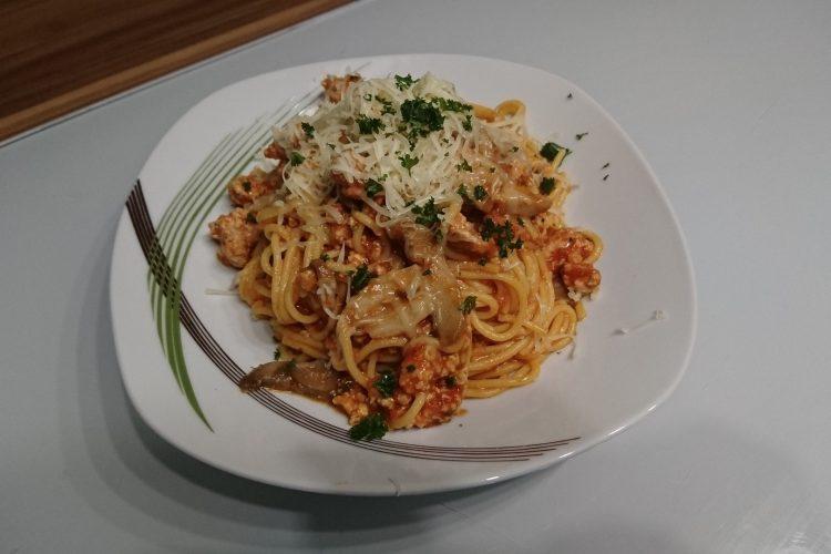 Špagety s rajčatovou omáčkou a žampiony