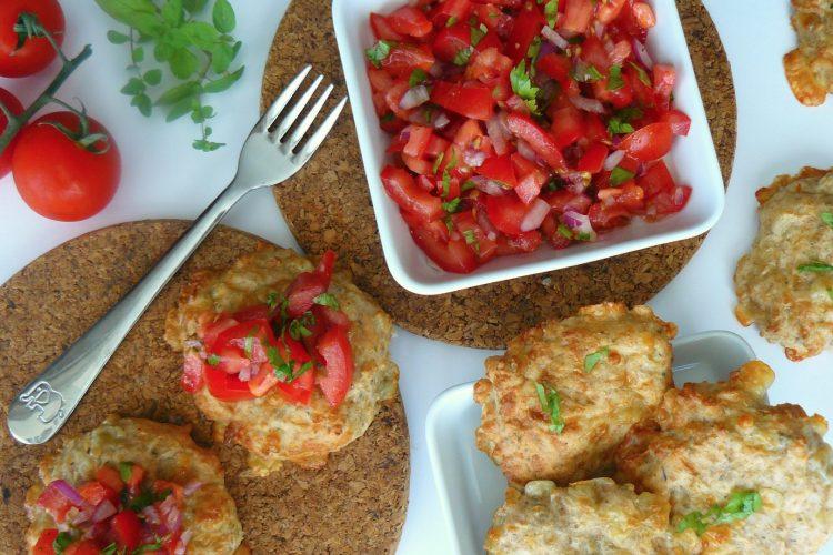 Sýrové koláčky s bylinkami a salsou z rajčat