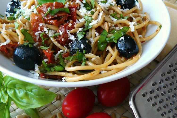 Špagety se sušenými rajčaty, černými olivami a bazalkou