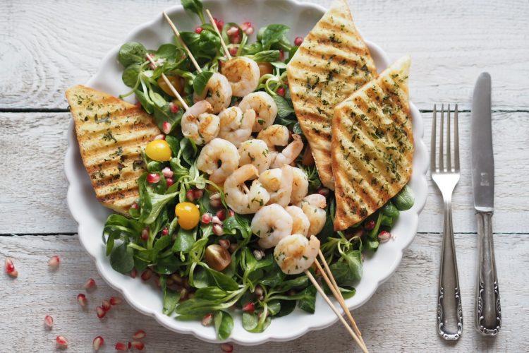 Letní salát s krevetami, fenyklem a granátovým jablkem
