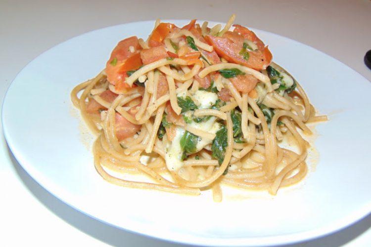Celozrné špagety s rajčaty a mozzarelou