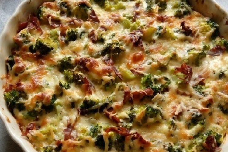 Brokolice zapékaná s parmazánem, slaninou a zakysanou smetanou