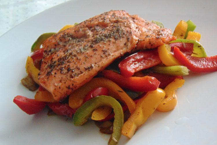 Paprikový salátek tří barev s lososem