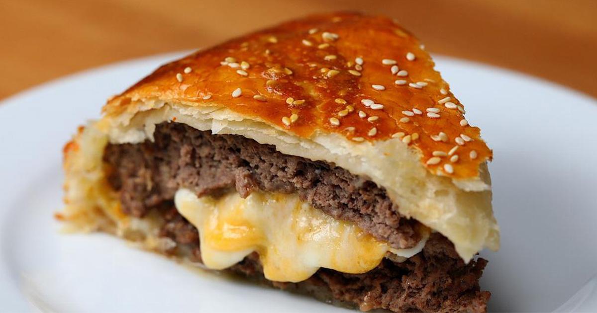 Video: Obří, sýrem plněný burger Wellington – perfektní párty pohoštění