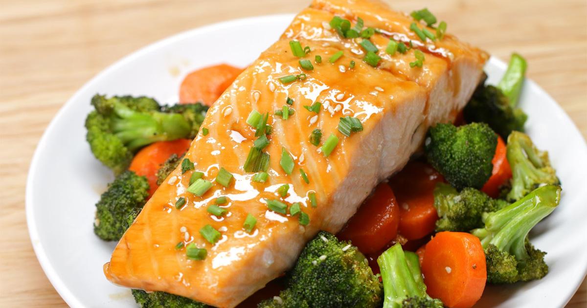 Video: Karamelizovaný losos s brokolicí a mrkví v sojovo-medové marinádě