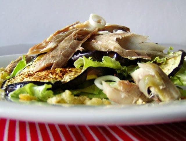 Salát s makrelou a grilovaným lilkem