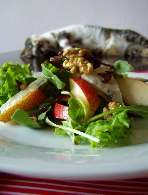 Salát s hruškou, gorgonzolou a ořechy