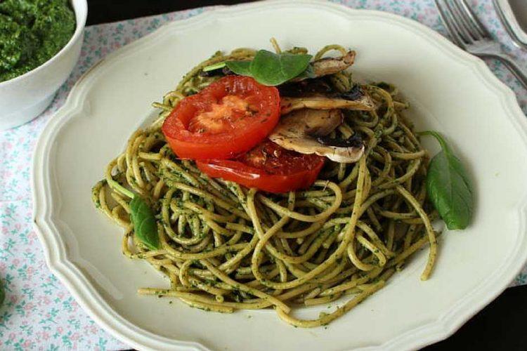 Celozrnné špagety se špenátovým pestem, žampiony a rajčaty