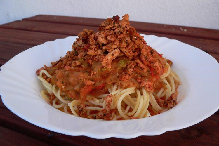 Špagety s omáčkou z domácích rajčat a cukety