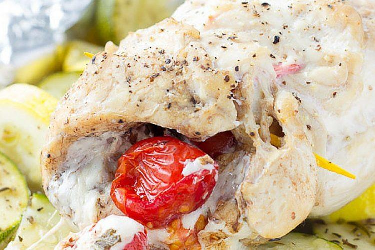 Šťavnatá kuřecí prsa pečená s cuketou, letní dýní a rajčaty