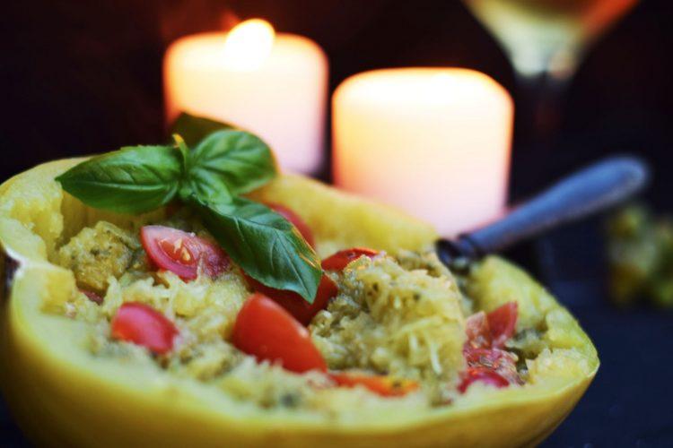 Špagetová dýně s bazalkovým pestem a rajčátky