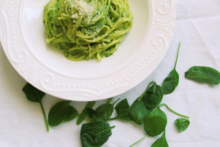 Kukuřičné špagety se špenátovým pestem