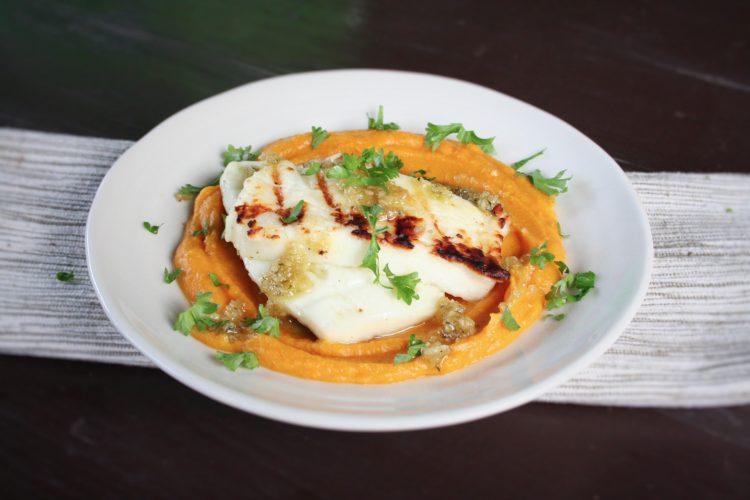 Sýr haloumi s ořechovým pestem a dýňovo-čočkovým pyré