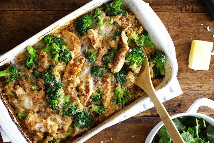 Zapékaná quinoa s kuřetem, brokolicí a sýrem