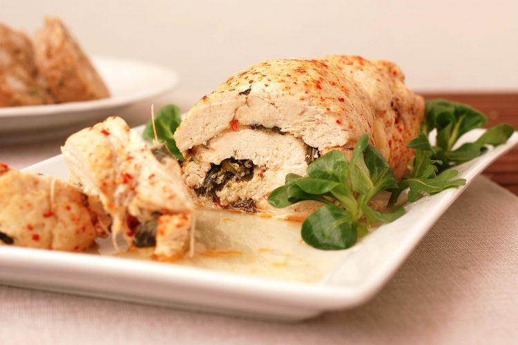 Krůtí roláda plněná polníčkem, rukolou a mozzarellou
