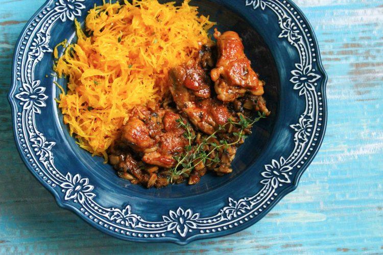 Pikantní kuřecí plátky, houbové soté, křupavá dýně