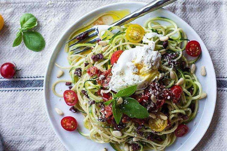 Fitness cuketové nudličky s rajčatovou omáčkou, černými olivami a parmazánem
