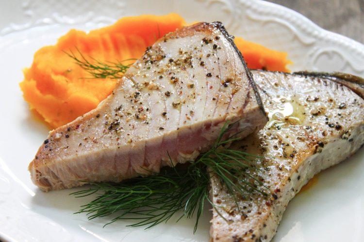 Steak z tuňáka na barevném pepři a mořské soli
