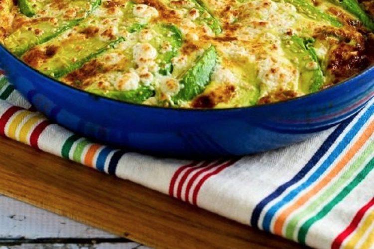 Omeleta s avokádem, mozarellou a fetou