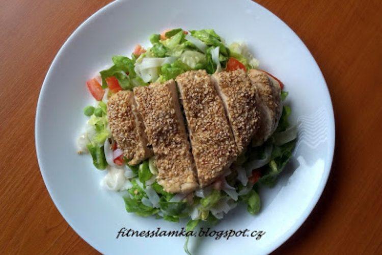 Salát s rýžovými nudlemi a sezamovým kuřátkem
